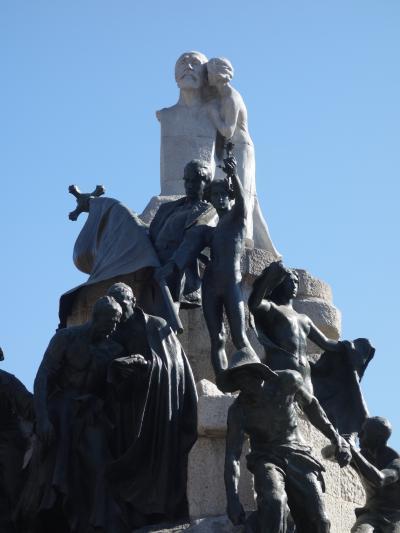 バルセロナを歩く (4.3) ガウディ作「ロベルト博士のモニュメント」。いろいろと寓意がありそう。