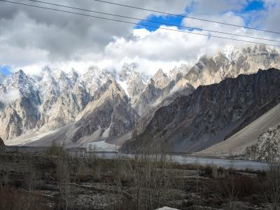 パキスタン フンザ2019・・・(6)雲間からの光に照らされる幻想的なカラコルムの山並み