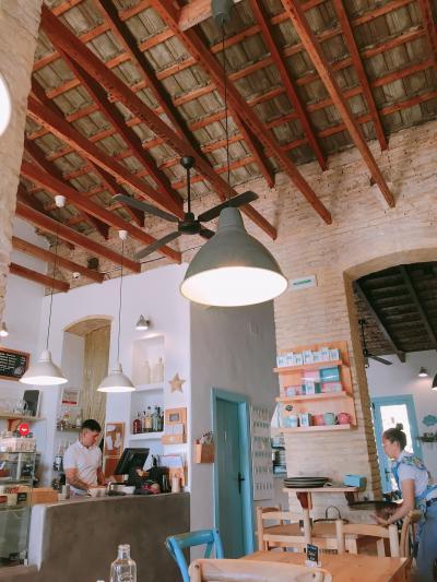毎日歩きまくった母娘のGWスペイン旅行8泊10日 Vol. 4 パタコナビーチで素敵な朝食を♪ 午後は快適な列車で4時間かけバルセロナへ移動