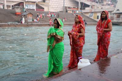 表情豊かな人々と出会い行き交う インド旅(*^▽^*)(9)冬の寒い早朝、ガンジス河での沐浴見学@ハリドワール