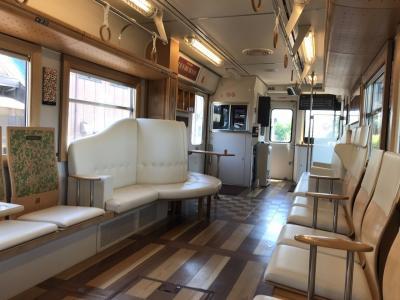 長良川鉄道の列車で、車窓に映る景色を見ながら味わう長良の川風(ながらのかわかぜ)弁当