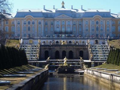 サンクトペテルブルグで7泊(2): ペテルゴフ(ピョートル大帝の夏の宮殿)はシーズン前で水なし大滝噴水だったが満足だった
