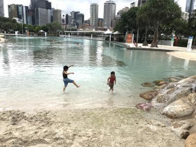 ブリスベン 4歳,6歳子連れ 母子旅 4日目 人工ビーチ&公園編