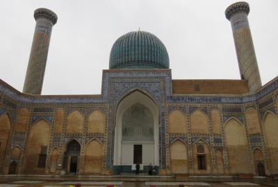 2019春、ウズベキスタン等の旅(3/52):4月24日(1):サマルカンド(2):ビビハニム・モスク、入口門、中庭