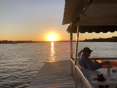 アフリカ 3 ザンベジ川サンセットクルーズ  飲み放の ボートに顔見せ ワニ  カバ キリン