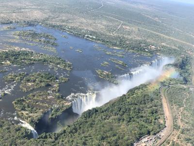 アフリカ7 ビクトリアフォールズ ザンビア ヘリ  俯瞰する 自然の技に 驚嘆す