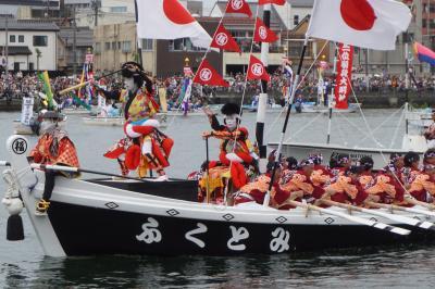ホーランエンヤ 渡御祭~御神体が乗る神輿船に続く船の一団は櫂伝馬船を中心に100隻以上。大橋川の畔から剣櫂・采振りの華麗な舞いを拝見します~