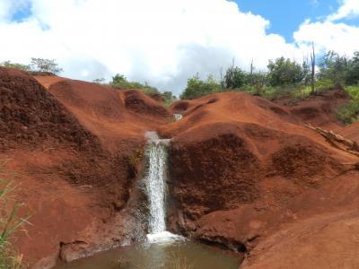 『ワイメア渓谷』に行く途中で見つけた赤土の大地と滝◆2017年7月・カウアイ島&ホノルルの旅《その8》