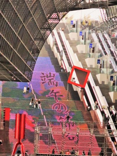 京都駅ビル ぐるり探訪 -技術&美術の集積- 再認識 ☆大階段=端午の節句デザインに