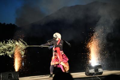 霊仙寺湖に舞い降りた'天狗の火舞'