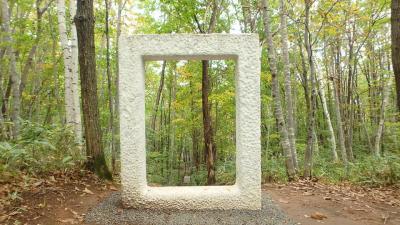 札幌芸術の森で作品と自然風景の調和を楽しむ