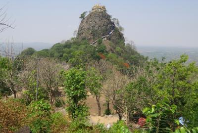 2019春、ミャンマー旅行記(18/25):5月26日(3):バガン(12):ポッパ山、タウン・カラットを眺望できる仏教寺院