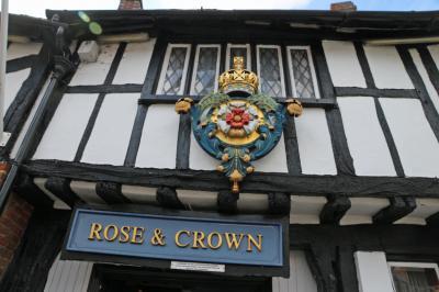 奇石とレーシングカー / Rose & Crown Hotel UK2019
