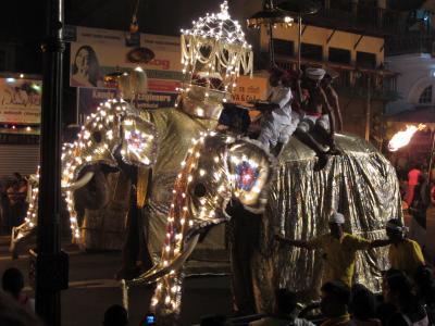 スリランカの旅(1)キャンディ・ぺらへら祭り