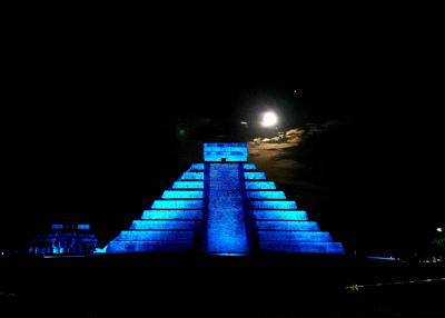 世界遺産チチェンイッツァの光と音のショー。