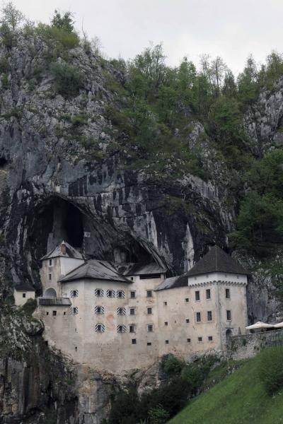 ポストイナ鍾乳洞と難攻不落の洞窟城を見学