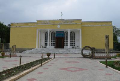 2019春、ウズベキスタン等の旅(21/52):4月25日(7):ペンジケント(7):バザール、ルダーキー博物館