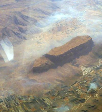 ドーハからイラン上空の珍しい地形を眺めトビリシへ