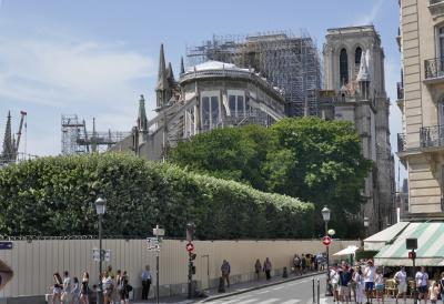 (3) パリは燃えていた! 天高くそびえていたノートルダム寺院の尖塔は見る影もなかった