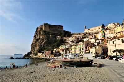 魅惑のシチリア×プーリア♪ Vol.23 ☆イタリア美しき村「シッラ」:ビーチから見上げる古城♪