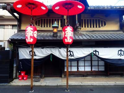 山鉾町にモノクロの彩りを添える町家を巡る