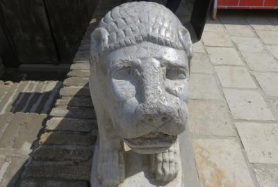 2019春、ウズベキスタン等の旅(32/52):4月26日(4):ブハラ(3):アルク城(3):城内展示品、獅子像