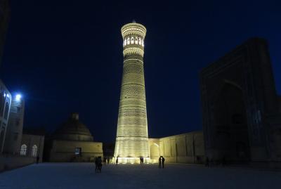 2019春、ウズベキスタン等の旅(36/52):4月26日(8):ブハラ(7):カラーン・モスク、ミナレットの夜景