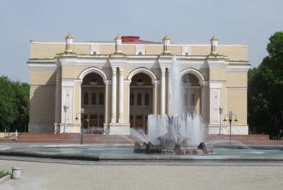 2019春、ウズベキスタン等の旅(51/52):4月29日(4):タシケント(2):ナヴォイ劇場、日本人のことを記した建設記念碑