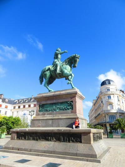 通りを歩いて行くとその視線の先には気高く凜々しい騎馬のジャンヌ・ダルクが♪2019年5月フランス ロワール地域他8泊10日(個人旅行)108