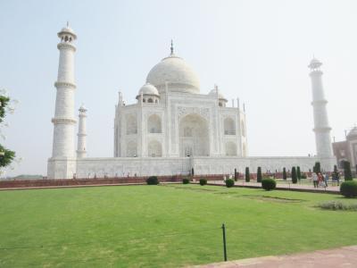 美しさ世界一といわれる、白く輝くタージマハル
