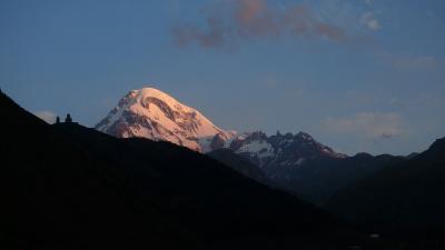 コーカサス山麓の花旅:トビリシからステパンツミンダ(カズベキ)までの往復とフラワーハイキング