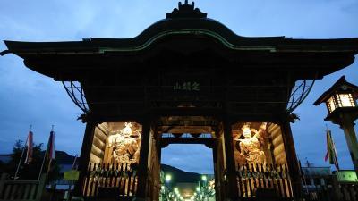 夕方の長野の善光寺を観光。ライトアップが綺麗です。