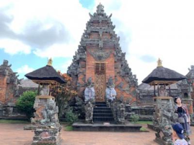 素晴らしい彫刻の寺院「バトゥアン寺院」