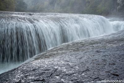 雨の吹き割りの滝