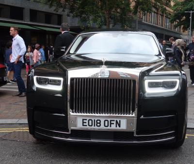 ロンドンを歩く。(4.7) Sloane Street は「空気」が違う。Rolles Royce が闊歩している。