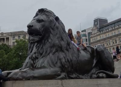 ロンドンを歩く。(4.5) Trafalgar Square は人がいっぱい。どこから来るのでしょうか。かく言う私も。。。