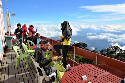 キナバル山に登ってみた(アプローチ編) 熱帯の登山道を登り詰め、辿り着いたラバンラタは雲上の楽園だった オッサンネコの一人旅