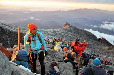 キナバル山を登ってみた(アタック編) 高度4,000mを突破! 灰色の世界を超えて、いざキナバルの頂点へ オッサンネコの一人旅