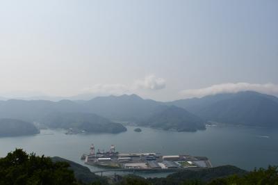 舞鶴湾を見渡す五老ヶ岳と、とれとれ市場