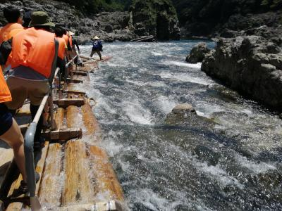 飛び地の北山村で観光筏下り