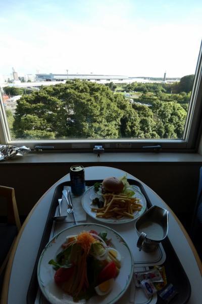 お盆休みの釜山3泊 成田東武ホテルエアポート  ショップ ルームサービスの夕食 成田空港滑走路を行き交う飛行機