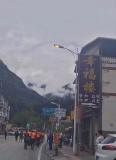 四川省で大雨。 臥龍に通じる道路G350が耿达の先で不通になっています。