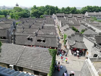 屋根に巨大な穴が開いていた♪雲台閣に登り西津渡歴史文化街区の屋根瓦が続く街並みを眺めた2019年6月中国 揚州・鎮江7泊8日(個人旅行)61
