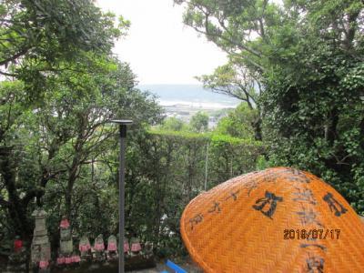四国霊場・高知篇(9)津照寺境内から室戸の海を眺め、下山する。