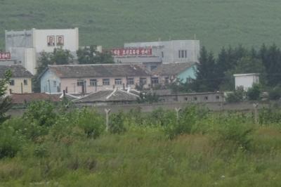 草むらの向こうの北朝鮮