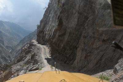 断崖に造られた世界一「危険なジープ道」~眼下は数百メートルの峡谷、ジープで悪路を走る~(パキスタン北部旅行記NO2)