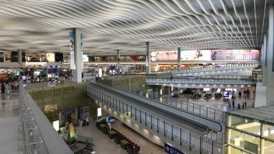 香港国際空港 プライオリティパスを握りしめてラウンジに行く。