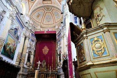 魅惑のシチリア×プーリア♪ Vol.383 ☆美しきモディカ旧市街 サンピエトロ教会の主祭壇は妖艶な赤色♪