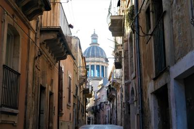魅惑のシチリア×プーリア♪ Vol.398 ☆朝のラグーザ旧市街散歩:大聖堂のクーポラのある朝の風景♪