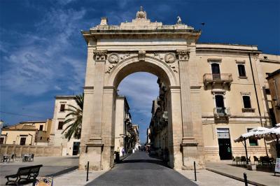 魅惑のシチリア×プーリア♪ Vol.406 ☆ノート:美しきレアーレ城門を抜けて♪